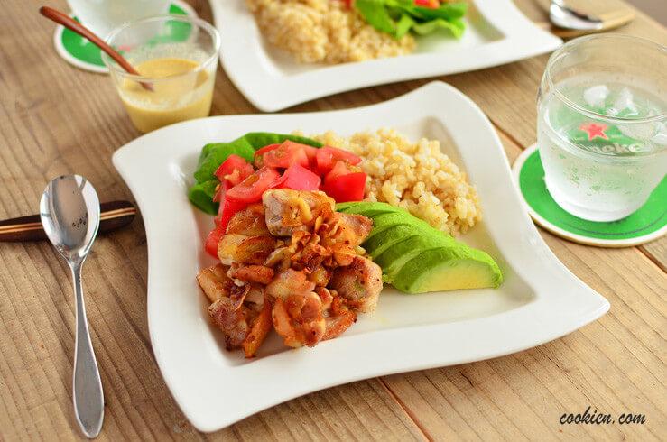 アボカドトマトとガーリック醤油チキンのわさびマヨソースの料理写真