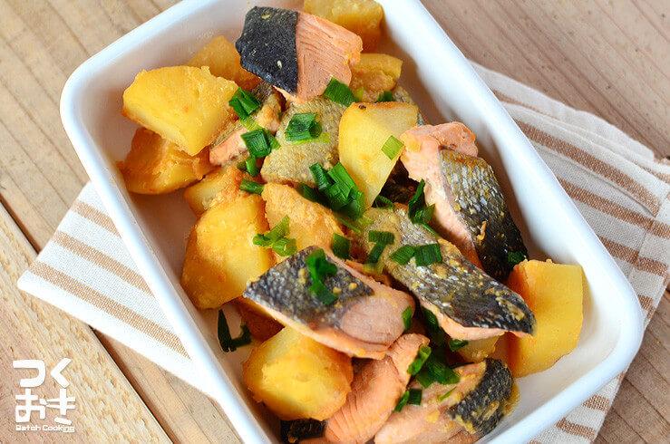 鮭とじゃがいもの味噌バター煮込みの料理写真