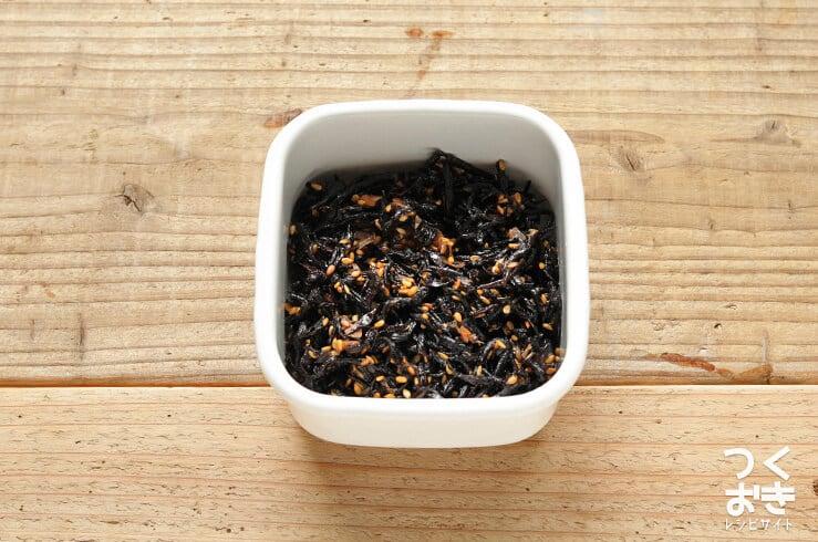 ご飯のおともに。穀物酢で作る簡単梅ひじきの料理写真