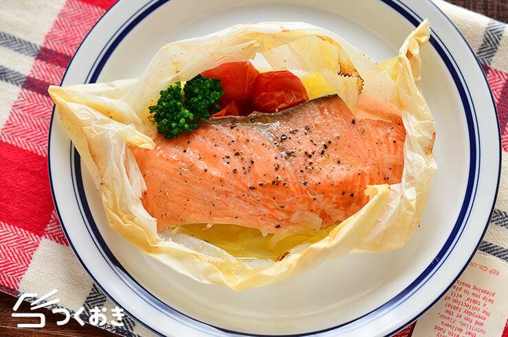 鮭とたまねぎの包み焼きバター風味の料理写真