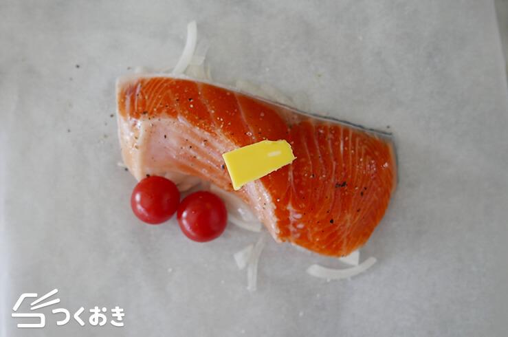 鮭とたまねぎの包み焼きバター風味の料理手順その1