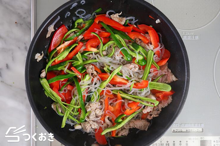 しらたきと彩り野菜炒めの手順写真その1