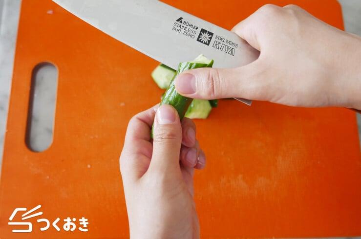 きゅうりのごまキムチ和えの手順写真その1