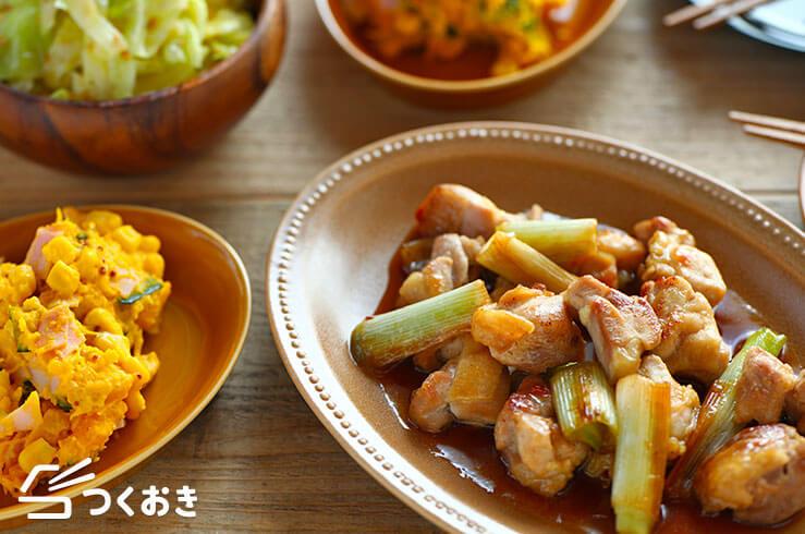 人気の鶏肉料理と簡単レンジ副菜の献立の写真