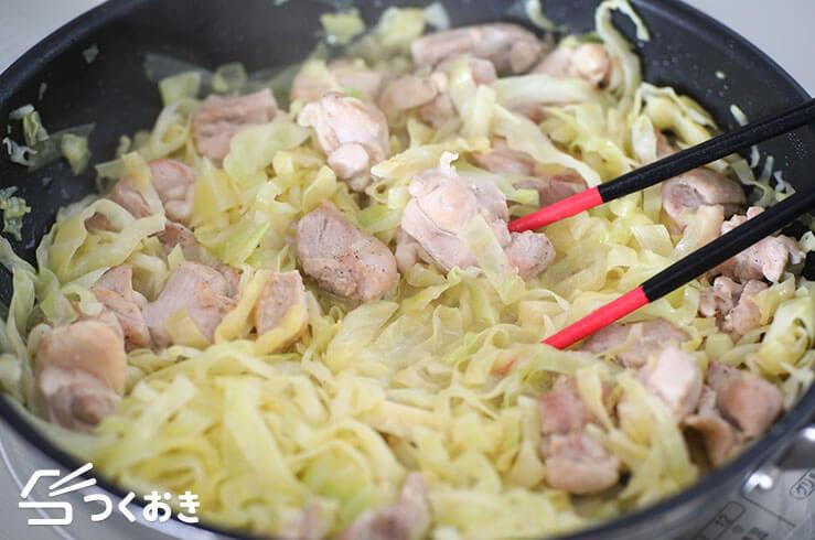 鶏肉とキャベツのレモンバター炒めの手順写真その2
