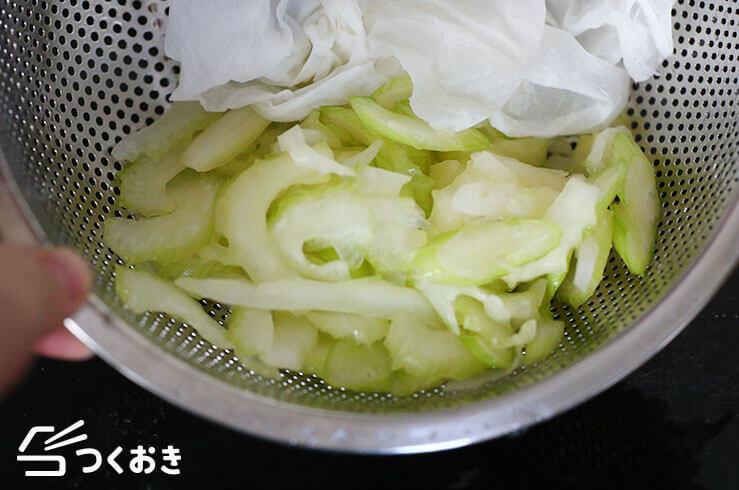 セロリとツナの塩こんぶ和えの手順写真その1