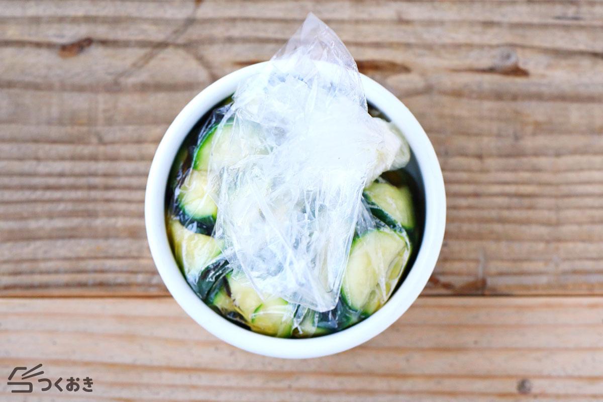 ズッキーニの塩こんぶ浅漬けの冷蔵保存写真